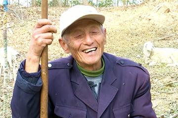 黄河滩74岁羊倌上楼记